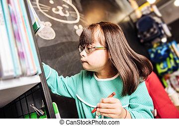 escuro-haired, ensolarado, criança, desenho, algo, ligado, a, quadro-negro