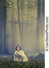 escuro, nebuloso, mulher, floresta, perdido