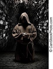 escuro, orando, monge, corredor, templo