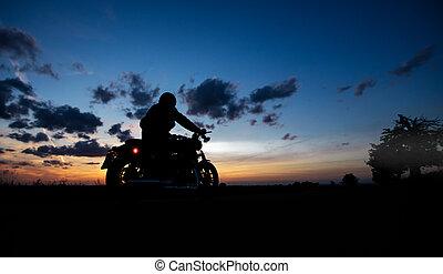 escuro, silueta, motocicleta, poder, alto, montando,...