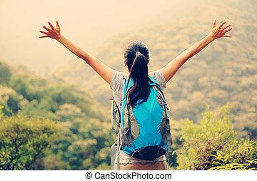 escursionista, applauso, donna, aprire bracci