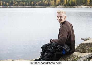 escursionista, lakeshore, maschio, felice, seduta