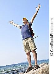 escursionista, standing, su, uno, roccia