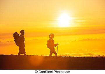 escursionisti, con, zaini, a, tramonto