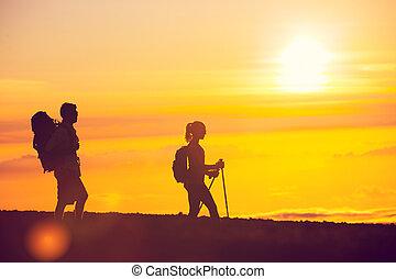 escursionisti, tramonto