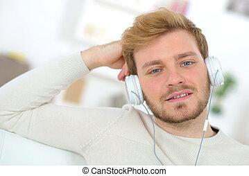 escutar música, homem