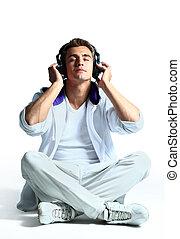 escutar, relaxado, jovem, contra, fone, música, fundo, retrato, branca, homem