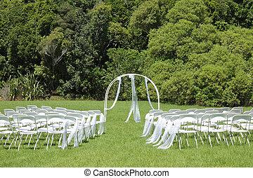 esküvő ünnepély, képben látható, zöld pázsit, a kertben