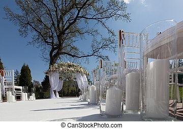 esküvő, bolthajtás, a kertben