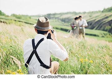 esküvő, fényképész, tart, mozi, közül, menyasszony inas, alatt, természet, vékony rajzóra, fénykép