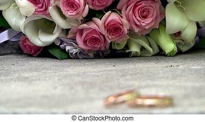 esküvő gyűrű, és, csokor