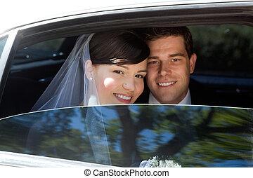 esküvő párosít, alatt, limuzin