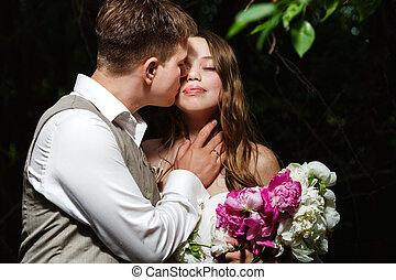 esküvő párosít, csókolózás, a parkban