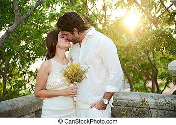 esküvő párosít, csókolózás
