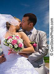 esküvő párosít, megcsókol