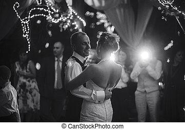esküvő, táncol