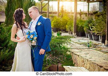esküvő, vidám párosít, hatalom kezezés