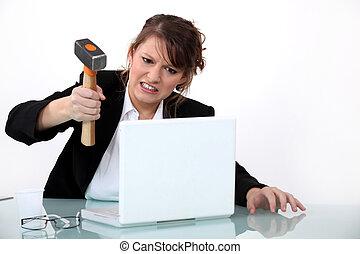 esmagando, laptop, mulher, martelo