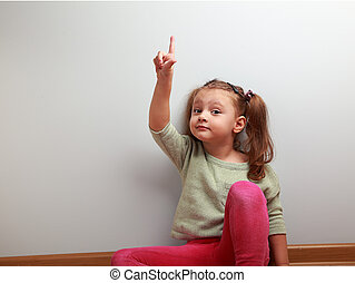 espaço, mostrando, cima, dedo, criança, divertimento, menina, cópia, vazio, feliz
