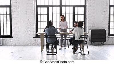 espace, briefing, femme, équipe, bureau, parler, éditorial, moderne