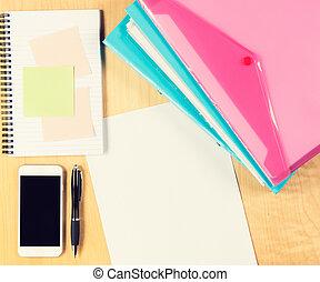 espacio de la oficina, bloc, relleno, folders., sobre, desordenado, tabla, copia, smartphone, vista