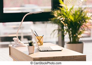 espacio de trabajo, con, computadora de computadora portátil, en, moderno, oficina vacía, con, luz del sol