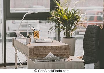 espacio de trabajo, con, computadora de computadora portátil, y, periódico, en, moderno, oficina vacía