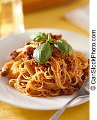 espaguete, com, manjericão, enfeite, em, carne, molho
