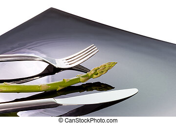 esparrago en el plato con cubierto y cuchillo