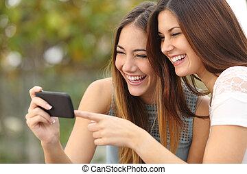 esperto, amigos, mulheres, telefone, mídia, dois, compartilhar, engraçado, rir