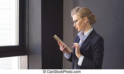 esperto, donna, con, bello, occhi blu, a, posto lavoro