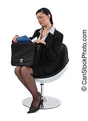 esperto, empregado, sentando uma cadeira