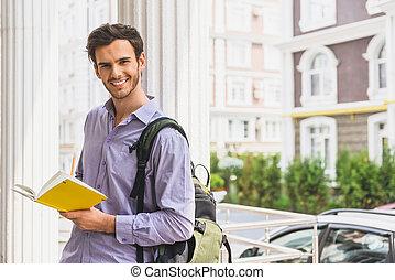 esperto, estudante masculino, fazer anota, ao ar livre