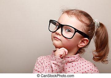 esperto, sonhar, criança, menina, em, óculos, olhar