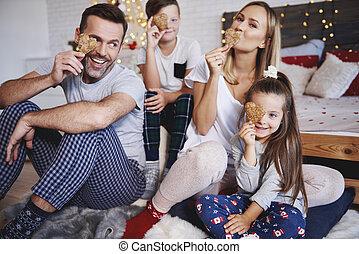 espiègle, célébrer, lit, noël famille