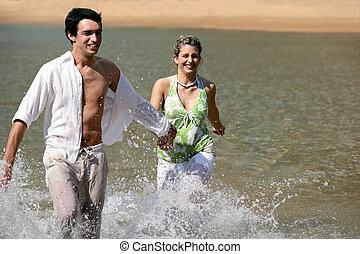 espiègle, couple, jeune, eau, courant, par