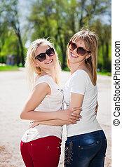 espiègle, deux femmes