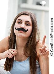 espiègle, femme, jeune, moustache, faux