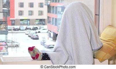 espiègle, serviette, radiateur, elle, séance, cheveux, fenêtre., girl, tempête neige