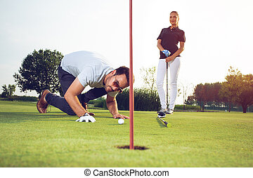 esportiva, golfe, par, jovem, curso, tocando