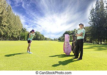 esportiva, par, golfe, jovem, tocando