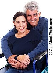 esposa, abraçando, incapacitado, auxiliador, marido, amando