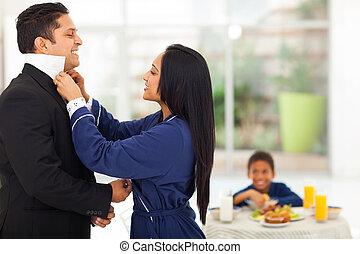 esposa, ajudando, marido, vestido