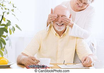 esposa, cobertura, sorrindo, homem sênior, olhos