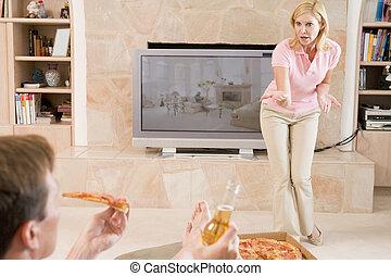 esposa, contar, marido, desligado, para, bebendo, cerveja, e, comendo pizza