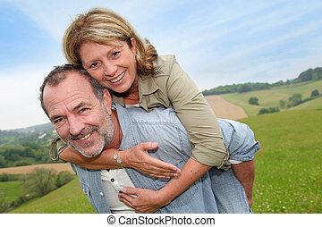 esposa, dar, passeio, piggyback, homem sênior