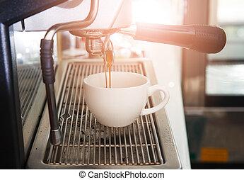espresso, máquina café, com, filtro, fazer, café, fluir, em, um, cup., café quente, fluir, para, café, cup.