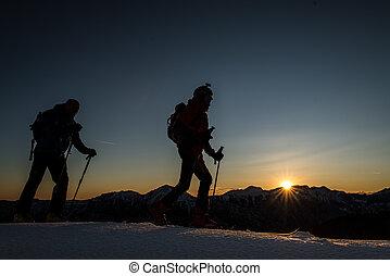 esquí, montañeros, subida, montañas, con, esquí, en, el, tarde, en, sunse