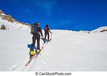 esquí, montañismo, dos, niña, cuesta arriba, hacia, un, montaña