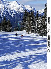 esquiando, em, montanhas